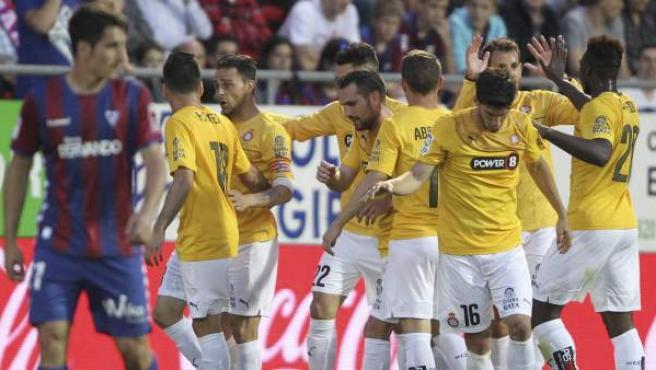 El delantero del Espanyol Sergio García celebra con sus compañeros el gol marcado ante el Eibar.