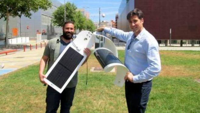 Responsables de Textil Energy muestran una lámina solar que carga la batería de los móviles.