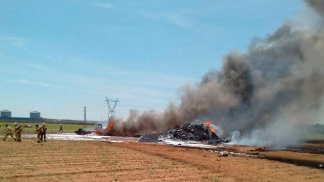 Bomberos y servicios de emergencias de Andalucía han trabajado en la zona, donde el accidente ha provocado un importante incendio y una columna de humo que podía verse a kilómetros.