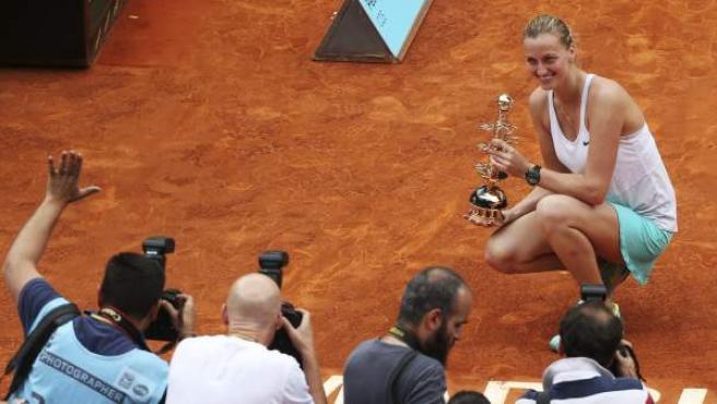 La tenista checa Petra Kvitova con el trofeo que la acredita vencedora del torneo de tenis de Madrid.