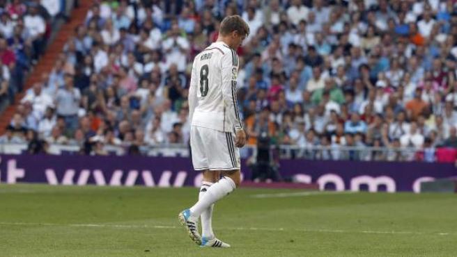 El centrocampista del Real Madrid Toni Kroos se retira lesionado durante el partido de la trigésimo sexta jornada de Liga disputado ante el Valencia esta tarde en el estadio Santiago Bernabéu.