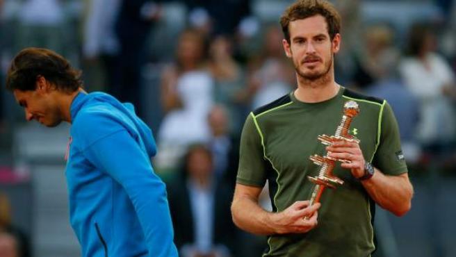 El tenista británico Andy Murray con el trofeo que le acredita vencedor del torneo de tenis de Madrid tras derrotar a Rafa Nadal.