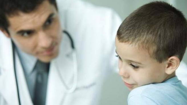 Un niño, en la consulta de un médico.