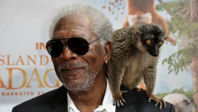 El actor Morgan Freeman con un lemur.