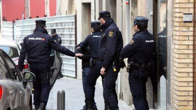 <p>Agentes de la Policía Nacional se llevan a un joven detenido en Piera (Barcelona) en el marco de una operación contra el terrorismo yihadista.</p>