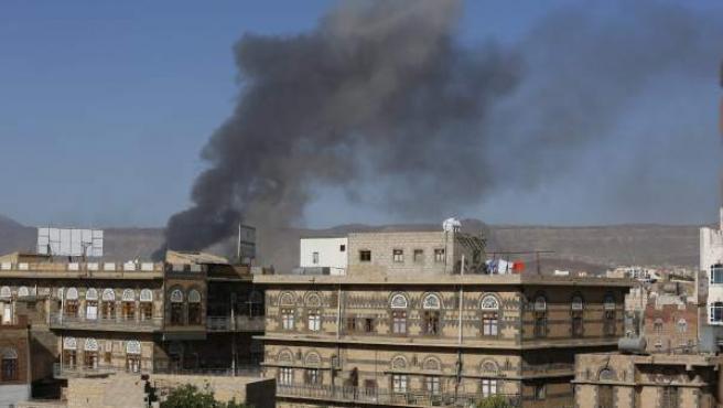 Una columna de humo tras un ataque aéreo de la coalición liderada por Arabia Saudí en Saná (Yemen).