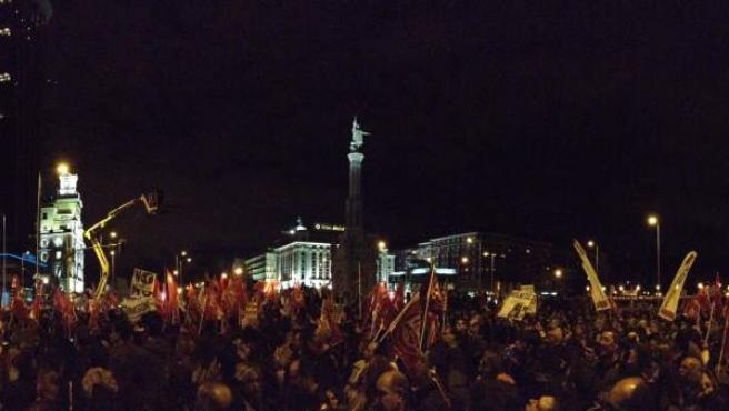 Miles de personas protestan contra la política del Gobierno en la plaza de Colón de Madrid, el día de la huelga general del 14 de noviembre.