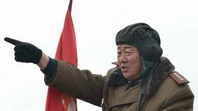 Fotografía fechada el 27 de enero de 2015 y cedida por Rodong Sinmun, del periódico norcoreano del Partido del Trabajo, que muestra al general del Ejército norcoreano Hyon Yong-chol, comandante del Ejército Popular de Corea y que habría sido ejecutado por el régimen.