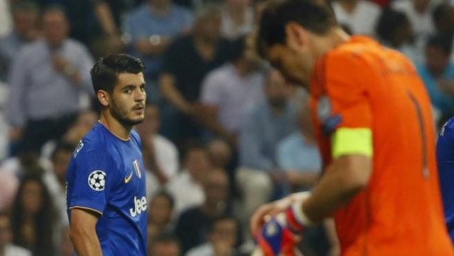El delantero de la Juvuentus Morata (i) mira a Iker Casillas, portero del Real Madrid, durante el partido de vuelta de la semifinal de la Liga de Campeones disputado esta noche en el estadio Santiago Bernabéu.