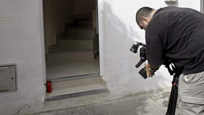 Puerta de acceso a la vivienda donde un hombre de 47 años mató a su pareja sentimental con un arma blanca, en su domicilio de Dénia (Alicante).