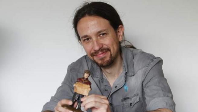 Pablo Iglesias, con una figurita de Tyrion Lannister —personaje de 'Juego de Tronos'—, durante la entrevista con 20minutos.
