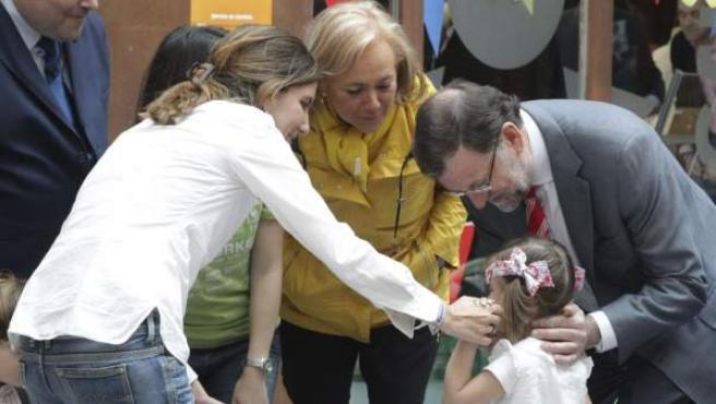 El presidente del Gobierno, Mariano Rajoy (d), acompañado por la candidata a la Presidencia del Principado, Mercedes Fernández (2d), y por el cabeza de lista del PP a la Alcaldía de Oviedo, Agustín Iglesias Caunedo (i), en la guardería del Espacio Coworking Talud de la Ería, en Oviedo.