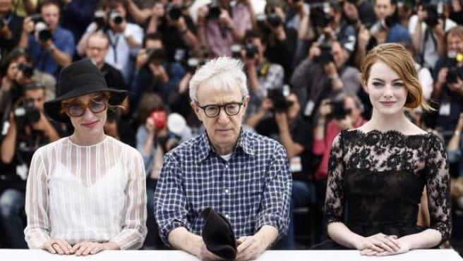 """(De izda a dcha) La actriz estadounidense Emma Stone, el director de cine estadounidense Woody Allen y la actriz estadounidense Parker Posey posan durante el pase gráfico de la película """"Irrational Man"""" en la 68 edición del Festival de Cine de Cannes (Francia)."""