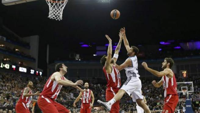 Felipe Reyes ataca el aro de Olympiacos en la final de la Euroliga de 2013.