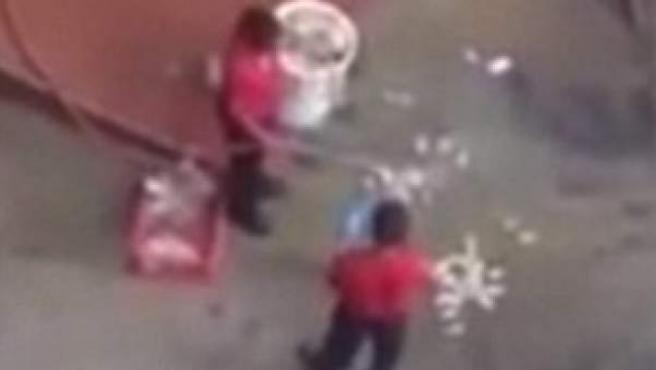 Imagen del vídeo de los trabajadores de KFC limpiando el pollo con una manguera.