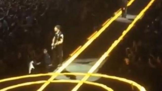 Captura de vídeo en el que el guitarrista de U2, The Edge, está a punto de caerse del escenario durante un concierto en Vancouver, Canadá.