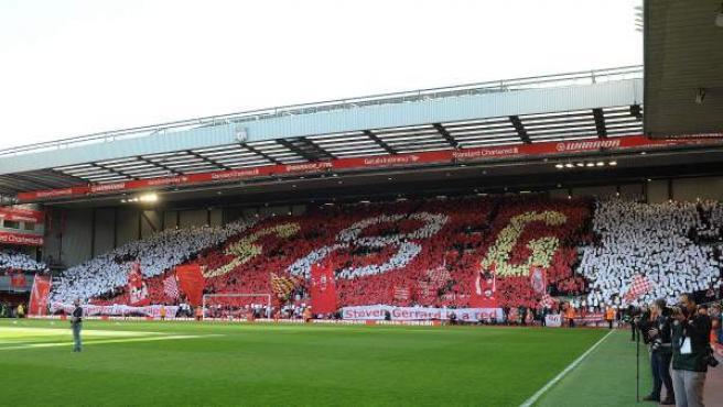 <p>Mosaico creado en The Kop, uno de los fondos de Anfield Road, como homenaje a Steven Gerrard.</p>