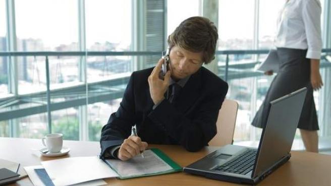 Un directivo trabajando en su oficina