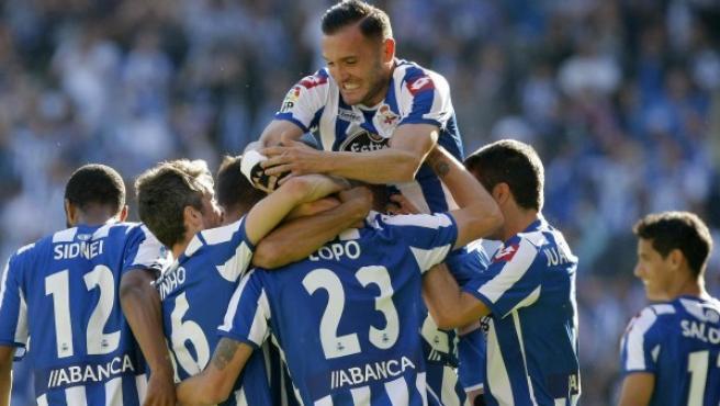 Los jugadores del Deportivo celebran el gol marcado por el defensa Alberto Lopo.