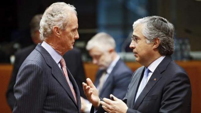 El ministro español de Defensa, Pedro Morenés (izda), conversa con su homólogo portugués, Jose Pedro Aguiar Branco (dcha), al comienzo de la reunión de ministros de Defensa celebrada en Bruselas (Bélgica).