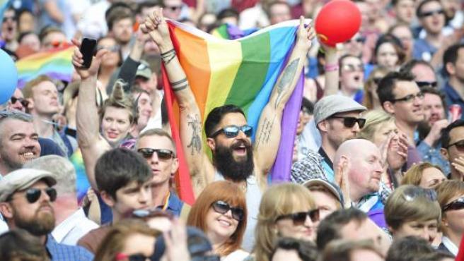 Cientos de personas celebrando en Dublín el 'sí' a la legalización del matrimonio homosexual en Irlanda.