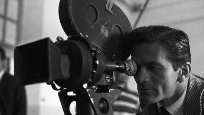 """El director Pier Paolo Pasolini durante el rodaje de """"Accattone"""", una película de 1961 sobre los pillos y ladronzuelos de los barrios marginales de Roma"""
