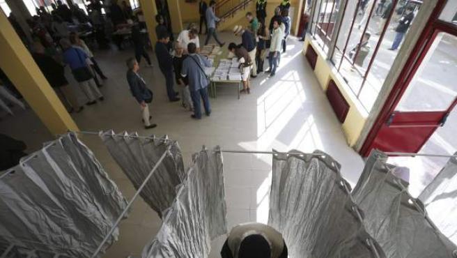 Vista del interior de un colegio de Aravaca durante los comicios municipales y autonómicos de este 24-M.