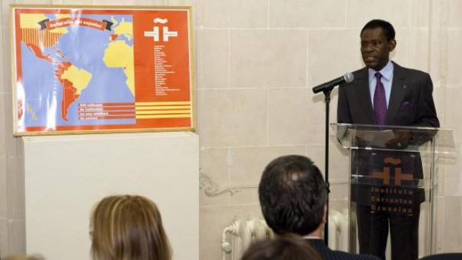 El presidente de Guinea Ecuatorial, Teodoro Obiang NGuema (d), durante la conferencia que ha pronunciado en el Instituto Cervantes en Bruselas.