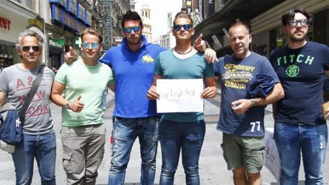 Seis hombres posan orgullosos de ser #DadBod