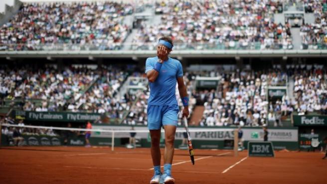 El tenista español Rafael Nadal reacciona durante el partido de primera ronda de Roland Garros que ha disputado contra el francés Quentin Halys en París, el martes 26 de mayo de 2015.