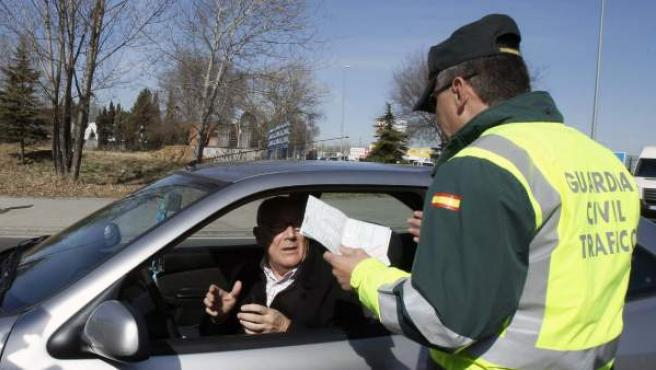 Un agente de la Guardia Civil durante un control de tráfico.