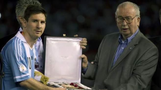 El presidente de la AFA, Julio Grondona, en una de sus últimas imágenes, entregando un premio a Leo Messi.