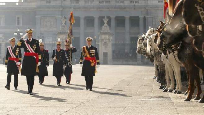 Felipe VI preside, acompañado de doña Letizia, la celebración de la Pascua Militar, a la que asisten representantes de las instituciones del Estado, los tres Ejércitos y la Guardia Civil, pasa revista a una formación de la Guardia Real en el Patio de la Armería del Palacio Real.