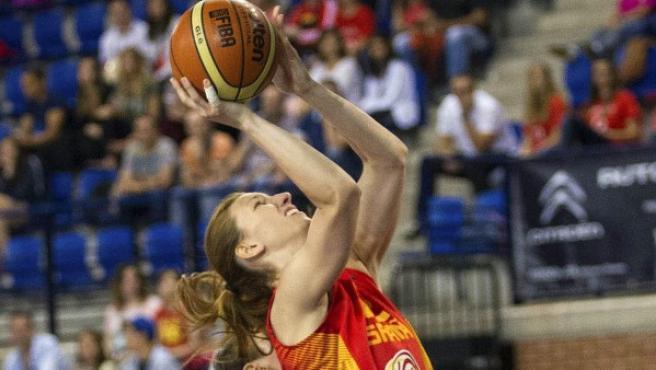 La jugadora de la selección española Laura Gil (d) se dispone a lanzar a canasta ante Collins (i), de Gran Bretaña, durante el partido del torneo internacional femenino de Logroño.