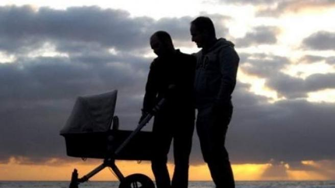 Unos padres pasean a su bebé.