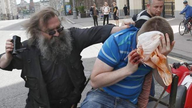 Un hombre agrede a un activista LGTB en una marcha en Moscú, capital de Rusia.