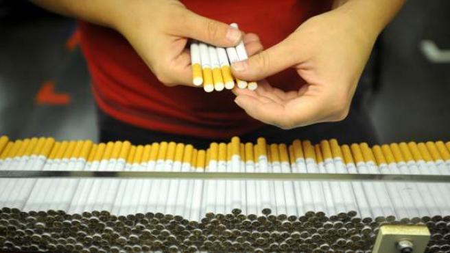 Fabricación en cadena de cigarrillos.