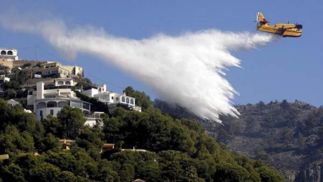 Un hidroavión en labores de extinción del incendio forestal que afecta a los terminos municipales de Xàbia y Dénia.