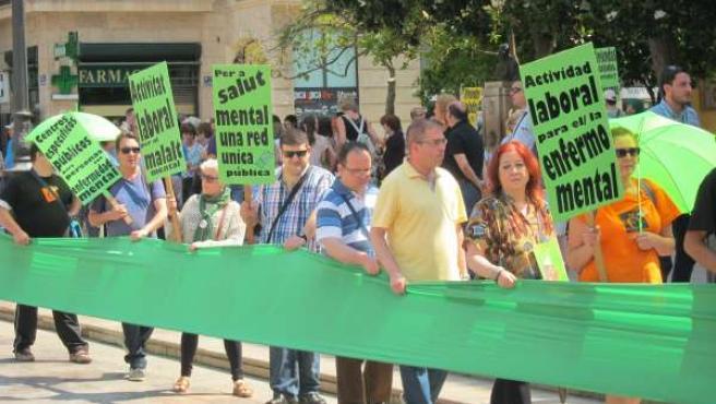 """Manifestantes por una """"salud mental pública y de calidad"""" en Valencia"""