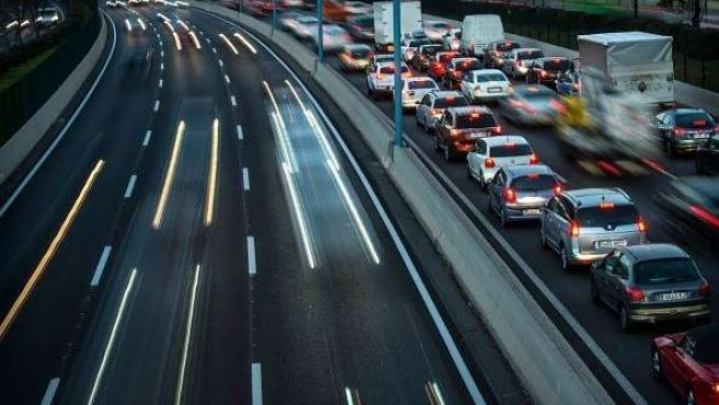 Tráfico de coches en carretera de España.