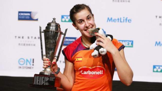 La jugadora española de bádminton Carolina Marín posa con el trofeo que la acredita como ganadora del Open de Australia.