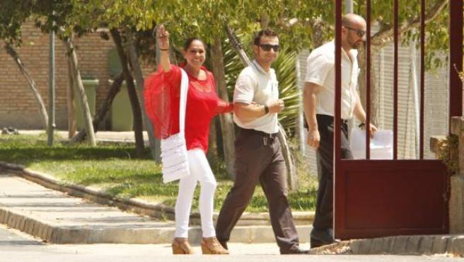 La tonadillera Isabel Pantoja ha abandonado sobre las 13.20 horas de este lunes la cárcel de mujeres de Alcalá de Guadaíra (Sevilla) para disfrutar de un permiso penitenciario de cuatro días concedido el pasado miércoles por la juez de Vigilancia Penitenciaria número 2 de Sevilla. La cantante ha sido recogida por su hermano Agustín Pantoja.