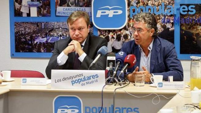 Juan Soler, alcalde de Getafe (a la izquierda) junto a Francisco Granados, uno de los principales imputados de la trama.