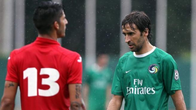 El jugador de Cosmos Raúl González (d), durante un partido amistoso entre el Cosmos y la selección nacional cubana.