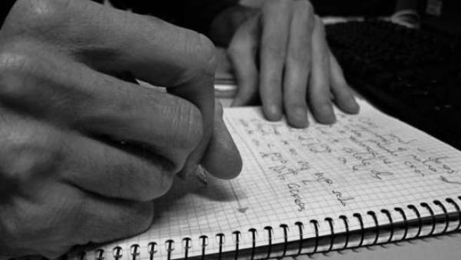 Joven escribiendo
