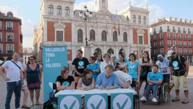 Rueda de prensa de VTLP en la Plaza Mayor con el Ayuntamiento al fondo