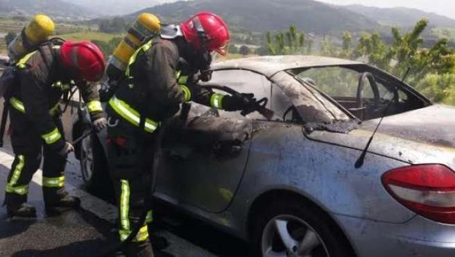 Uno de los vehículos incendiados