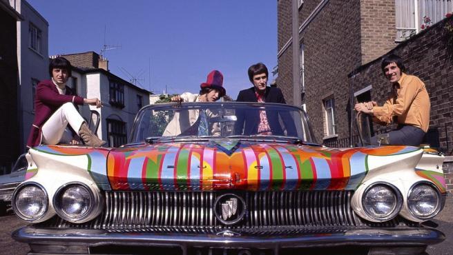 Los Kinks en 1967, en un Buick psicodélico. La foto, de Mike Leale, fue usada para la cubierta de álbum recopilatorio