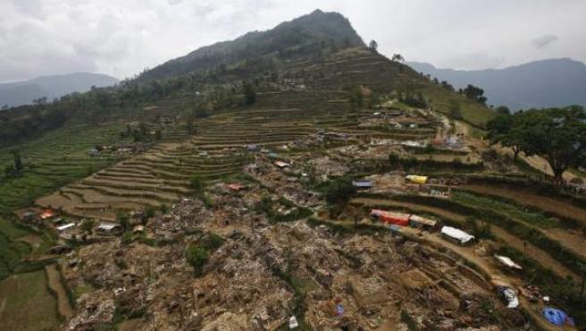 Vista aérea de los destrozos en el pueblo de Hagam, situado en el distrito de Sindhupalchwok (Nepal).