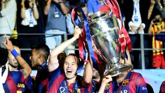 El centrocampista manchego André Iniesta levanta el trofeo de campeón de la Champions.